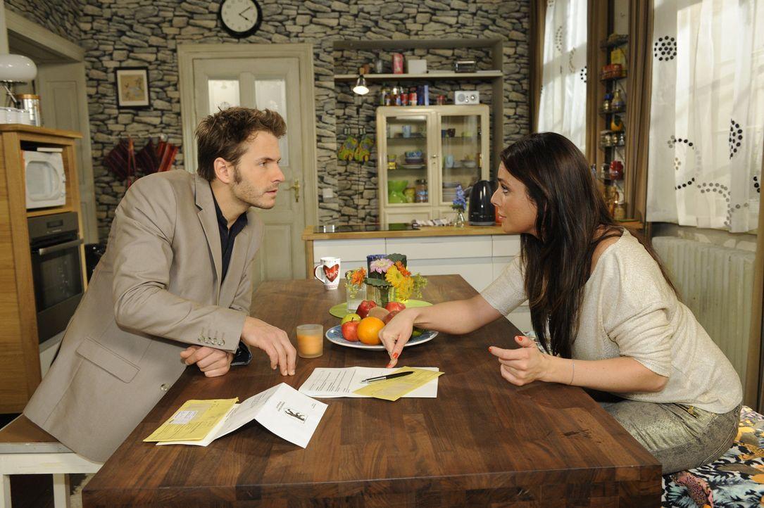 Paloma (Maja Maneiro, r.) glaubt Enrique (Jacob Weigert, l.) seine Liebe nicht und unterschreibt die Scheidungspapiere ... - Bildquelle: SAT.1