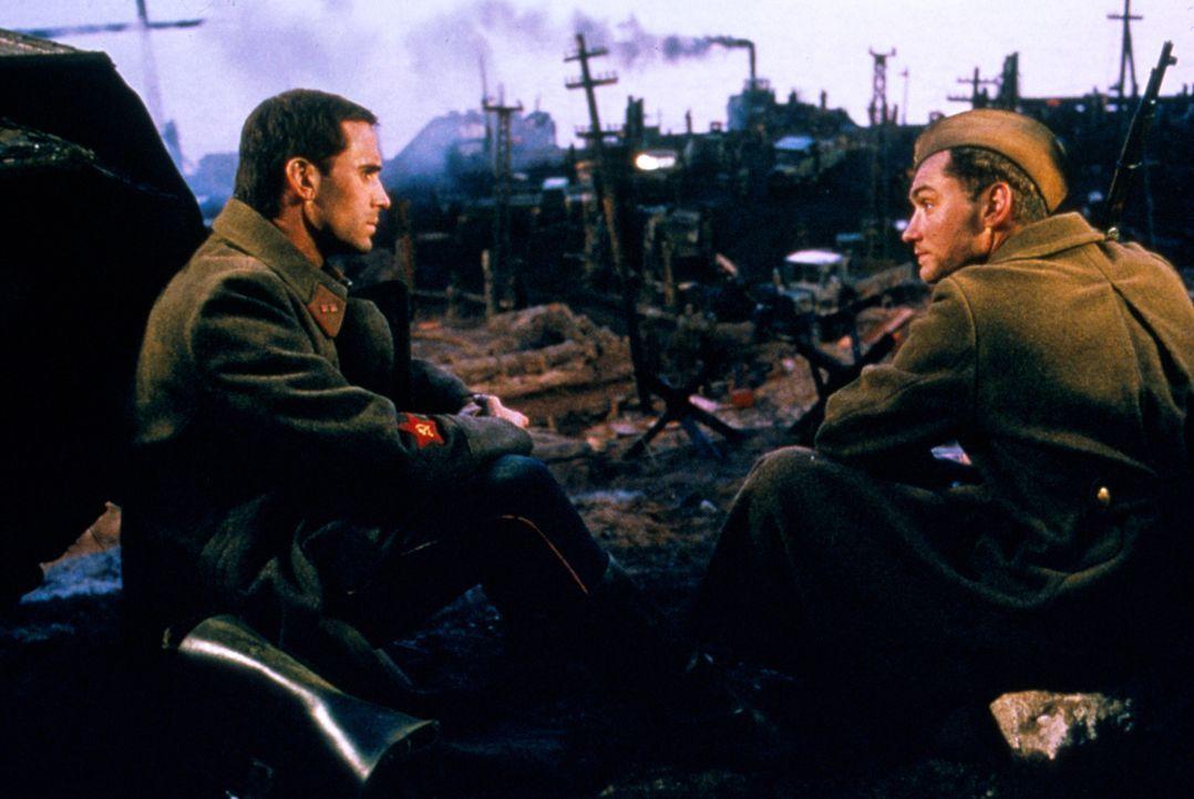 Zwischen Vassili Zaitsev (Jude Law, r.) und Polit-Offizier Danilov (Joseph Fiennes, l.) kommt es zu einem erbitterten Zweikampf, während die abscheu... - Bildquelle: 2000 MP Film Mgmt. DOS Prods.