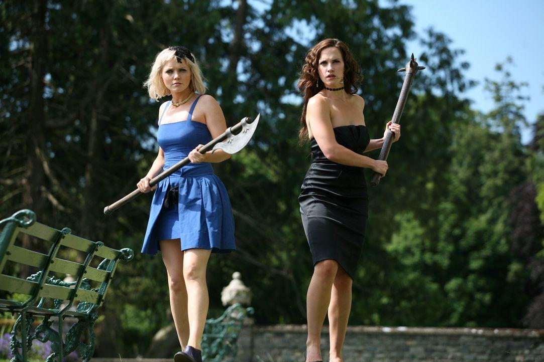 Nehmen den Kampf gegen die mörderischen Kreaturen auf: Abby (Hannah Spearritt, l.) und Emily (Ruth Bradley, r.) ... - Bildquelle: ITV Plc