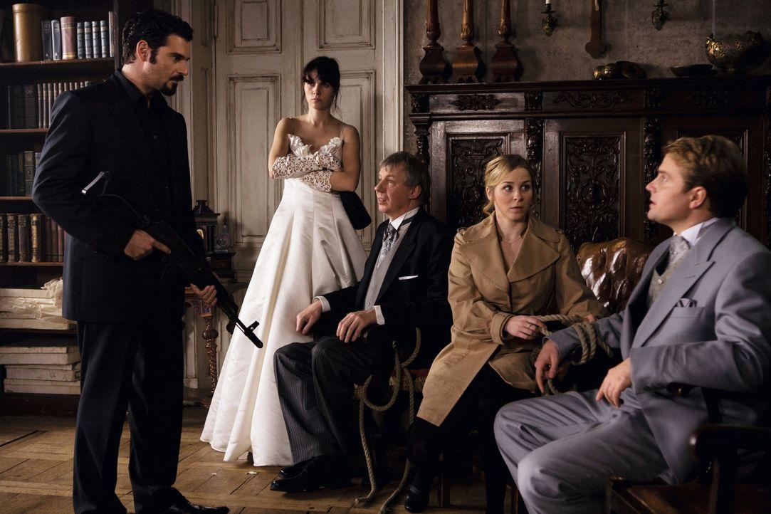Mafia, Mord, Verwicklungen und Liebe: Toni (Rick Kavanian, l.), Julia (Nora Tschirner, 2.v.l.), Dr. Gruber (Ludger Pistor, M.), Lisa (Jasmin Schwier... - Bildquelle: Warner Brothers