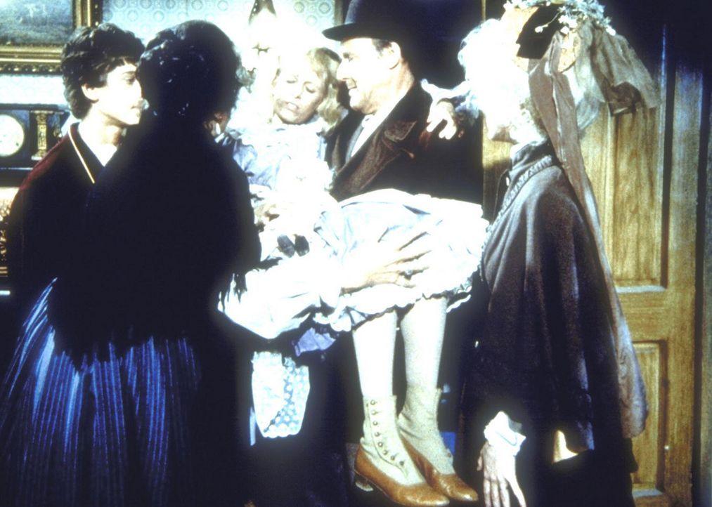 Nels Oleson (Richard Bull, 2.v.r.) und Nellie (Allison Arngrim, r.) haben die kleine Schwester, Nancy (Allison Balson, M.) etwas gezähmt. - Bildquelle: Worldvision