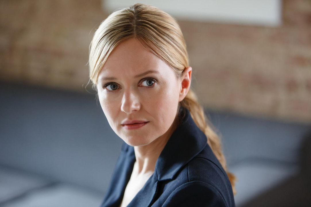 Maria (Stefanie Stappenbeck) traut ihren Ohren nicht. Ihr alter Chef und erbitterter Gegner Actis bittet ausgerechnet sie um Hilfe ... - Bildquelle: Stefan Erhard SAT.1