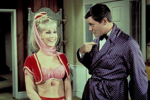 Wieder einmal kämpfen Jeannie (Barbara Eden, l.) und ihre böse Schwester um T...