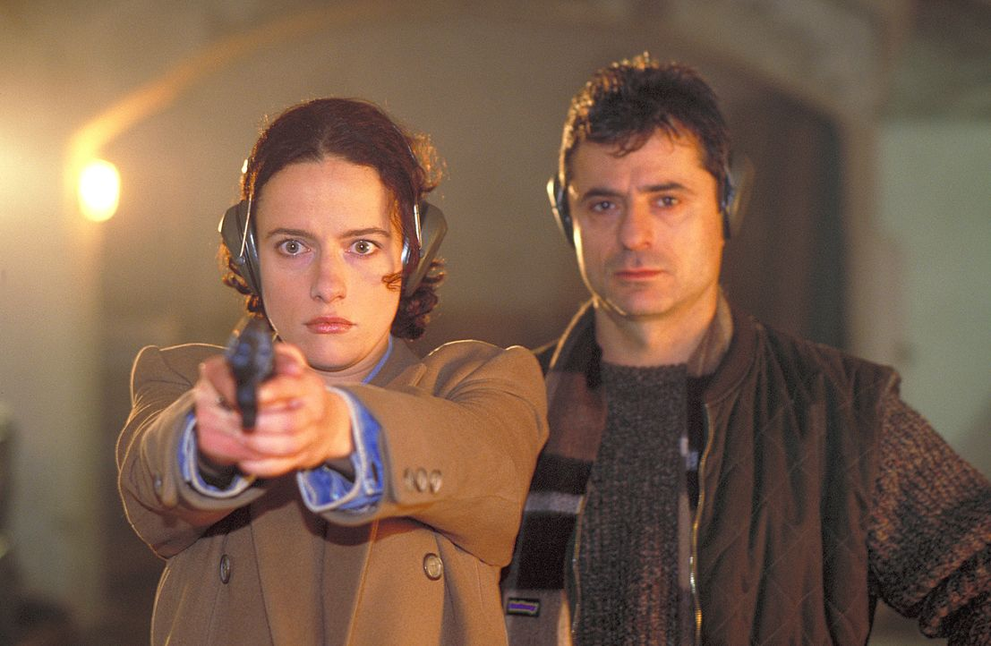 Schon bald fasst Anna (Claudia Michelsen, l.) großes Vertrauen zu dem Stallbesitzer Rick (Martin Umbach, r.). Dieser zeigt ihr, wie man mit einer Wa... - Bildquelle: Frank Lemm ProSieben