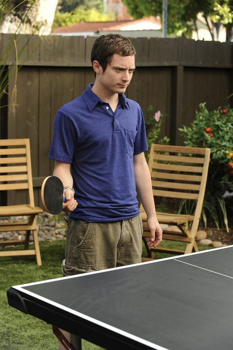 Ryan (Elijah Wood) ist entsetzt, dass Jenna wieder mit dem Großmaul Drew zusammen ist ... - Bildquelle: 2011 FX Networks, LLC. All rights reserved.