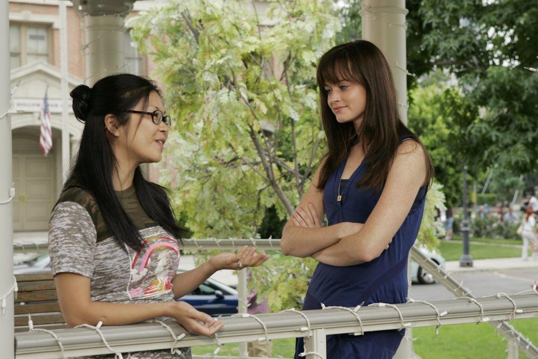 Rory (Alexis Bledel, r.) und ihre beste Freundin Lane (Keika Agena, l.) verbringen gezwungenermaßen ihre Semesterferien in Stars Hollow. Beide sind... - Bildquelle: Warner Brothers
