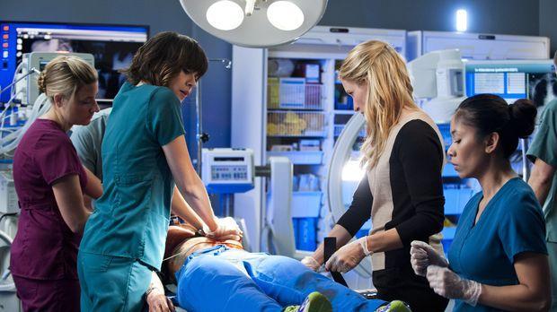 Kämpfen um Alex` Leben: Dr. Lin (Julia Taylor Ross, 2.v.l.) und Dawn (Michell...