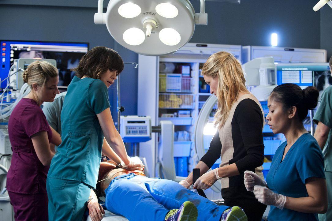 Kämpfen um Alex` Leben: Dr. Lin (Julia Taylor Ross, 2.v.l.) und Dawn (Michelle Nolden, 2.v.r.) ... - Bildquelle: Caitlin Cronenberg 2014 Hope Zee Three Inc.