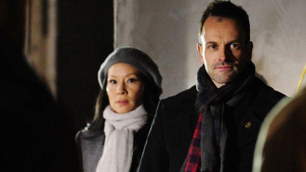 Ein neuer Fall wartet auf Sherlock (Jonny Lee Miller, r.) und Watson (Lucy Li...