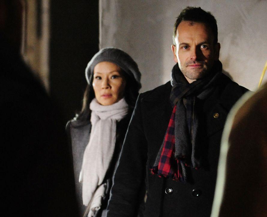 Ein neuer Fall wartet auf Sherlock (Jonny Lee Miller, r.) und Watson (Lucy Liu, l.) ... - Bildquelle: CBS Television