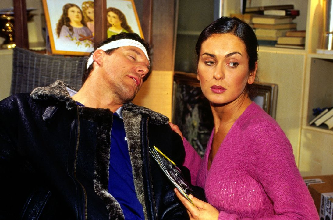 Irene Ranklebe (Marie-Lou Sellem, r.) ist in großer Sorge um ihren Mann Martin (Ralf Möller, l.), der mit einer Kugel im Kopf in die Klinik eingelie... - Bildquelle: Oliver Pflug SAT.1
