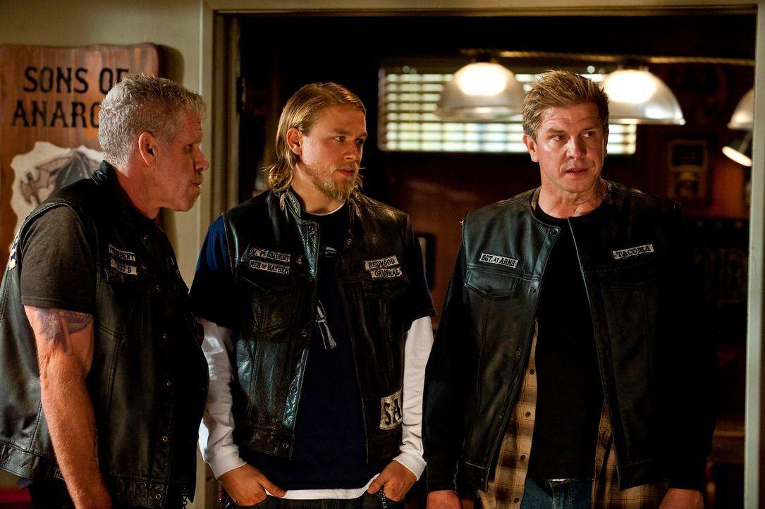 Kozik (Kenny Johnson, r.) möchte den Sons of Anarchy beitreten. Jax (Charlie Hunnam, M.) und Clay (Ron Perlman, l.) entgeht nicht, dass nicht alle C... - Bildquelle: 2010 FX Networks, LLC. All rights reserved.