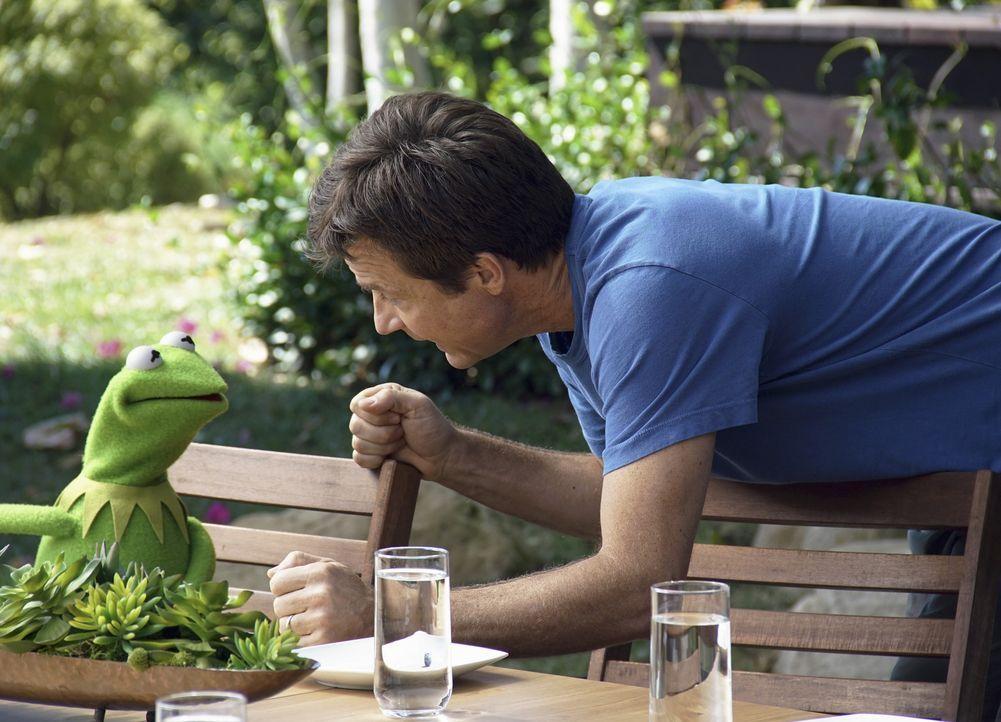 Während Kermit (l.) bei seiner Wellness-Auszeit auf Jason Bateman (r.) trifft, übernimmt Scooter derweil die Organisation der Sendung ... - Bildquelle: Andrea McCallin ABC Studios