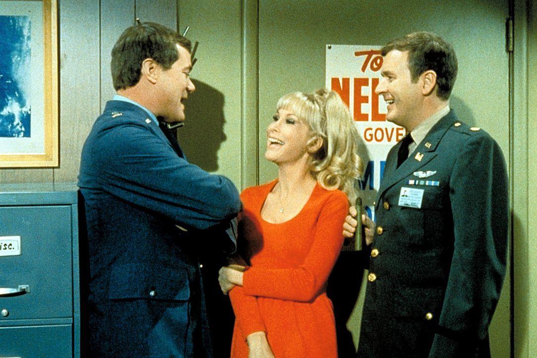 Roger (Bill Daily, r.) findet die Idee von Jeannie (Barbara Eden, M.) nur toll: Tony (Larry Hagman, l.) soll der neue Gouverneur werden! - Bildquelle: Columbia Pictures