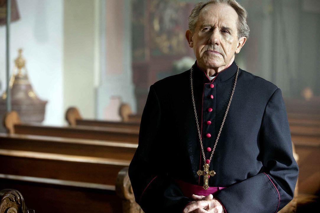 Der Bischof (Walter Hess) ist fest davon überzeugt, dass Online-Priester Gabriel seine Ängste überwinden und sich jetzt auf freier Wildbahn bewä... - Bildquelle: Oliver Vaccaro SAT.1