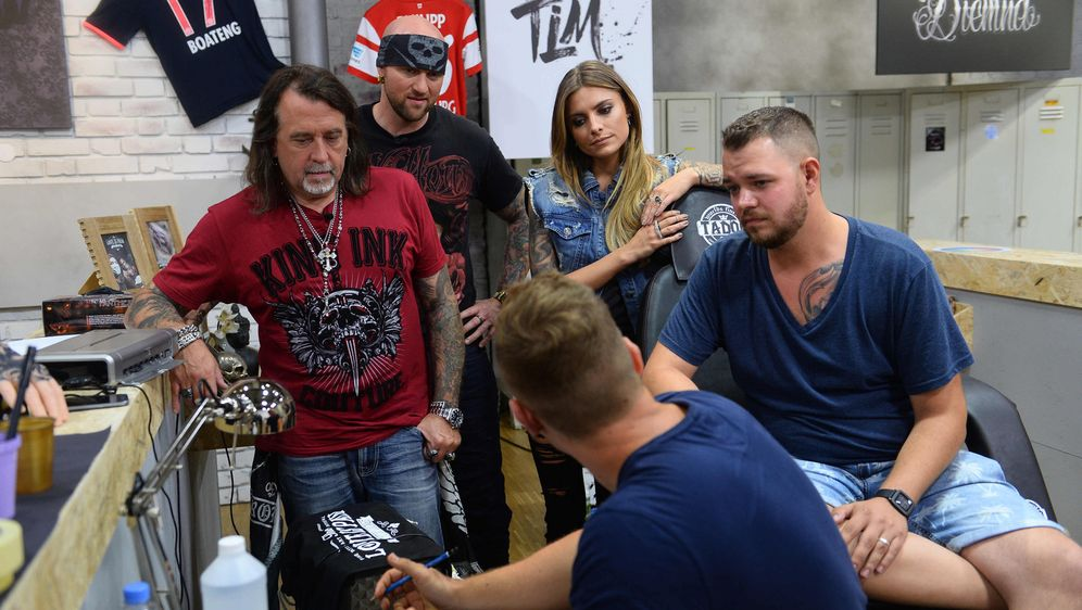 Tätowierer Tim (vorne) gibt sein Bestes, aber wird er damit sein Tattoo-Mode... - Bildquelle: Willi Weber sixx