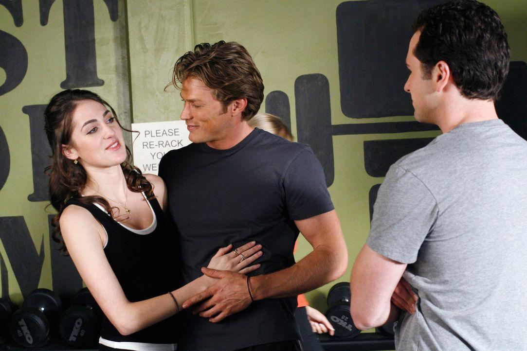 Kevin (Matthew Rhys, r.) ist irritiert, als plötzlich Chads (Jason Lewis, M.) Freundin (Rachel Montez Collins, l.) im Fitness-Studio auftaucht ... - Bildquelle: Disney - ABC International Television