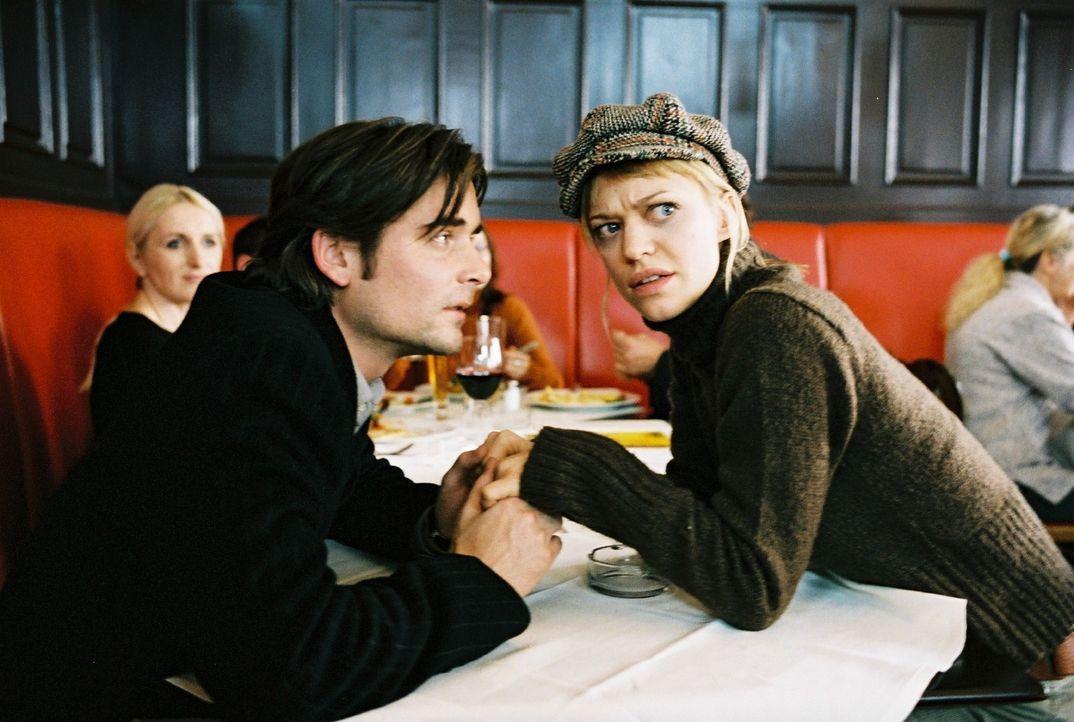 Alex (Patrick Rapold, l.) und Eva (Heike Makatsch, r.) fühlen sich beobachtet und müssen wider Willen ganz verliebt tun. - Bildquelle: Sat.1