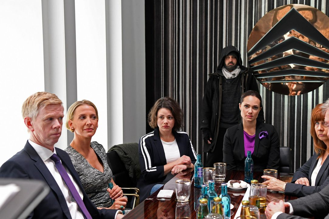 Als es zur Wahl des neuen Vorstands kommt, werden (v.l.n.r.) Olaf (Thomas Morris), Bea (Niki Finger), Jenni (Anna Mennicken), Daniel (Raphael Vogt)... - Bildquelle: Christoph Assmann SAT.1/Christoph Assmann