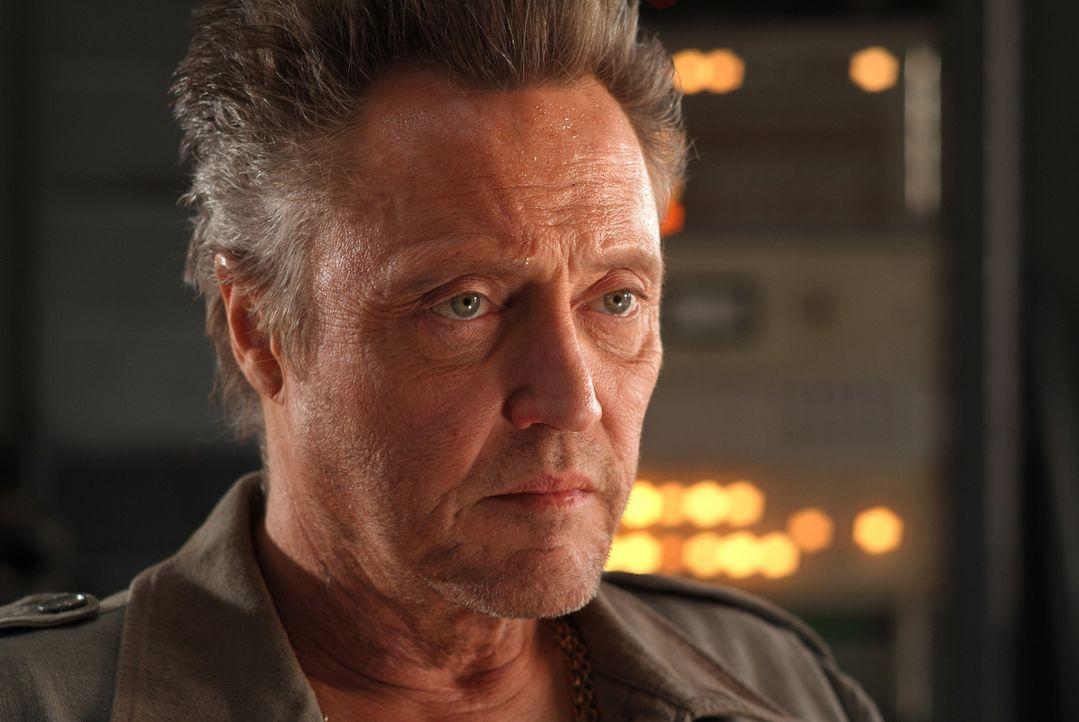 Der kriminelle Goldminenbesitzer Hatcher (Christopher Walken) ist ebenfalls hinter Travis her ... - Bildquelle: 2004 Sony Pictures Television International. All Rights Reserved.