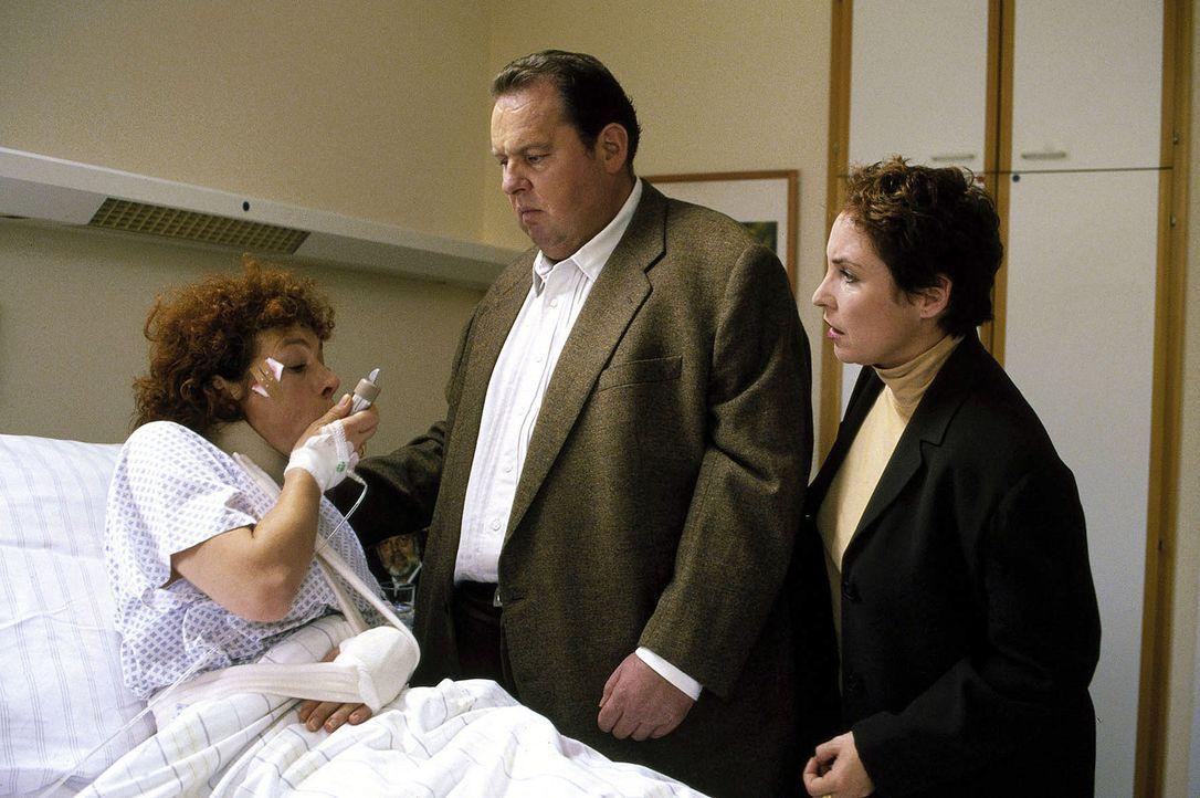 Benno (Ottfried Fischer, M.) und Sabrina (Katerina Jacob, r.) befragen Clara (Nina Hoger, l.) im Krankenhaus. - Bildquelle: Magdalena Mate Sat.1