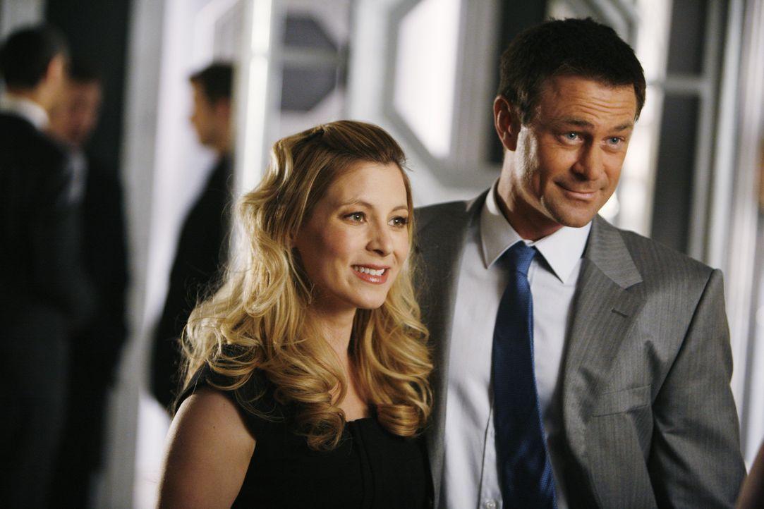 Kommen gemeinsam zur Party, gehen aber getrennt: Molly (Sarah Lafleur, l.) und Connor (Grant Bowler, r.) ... - Bildquelle: 2008   ABC Studios