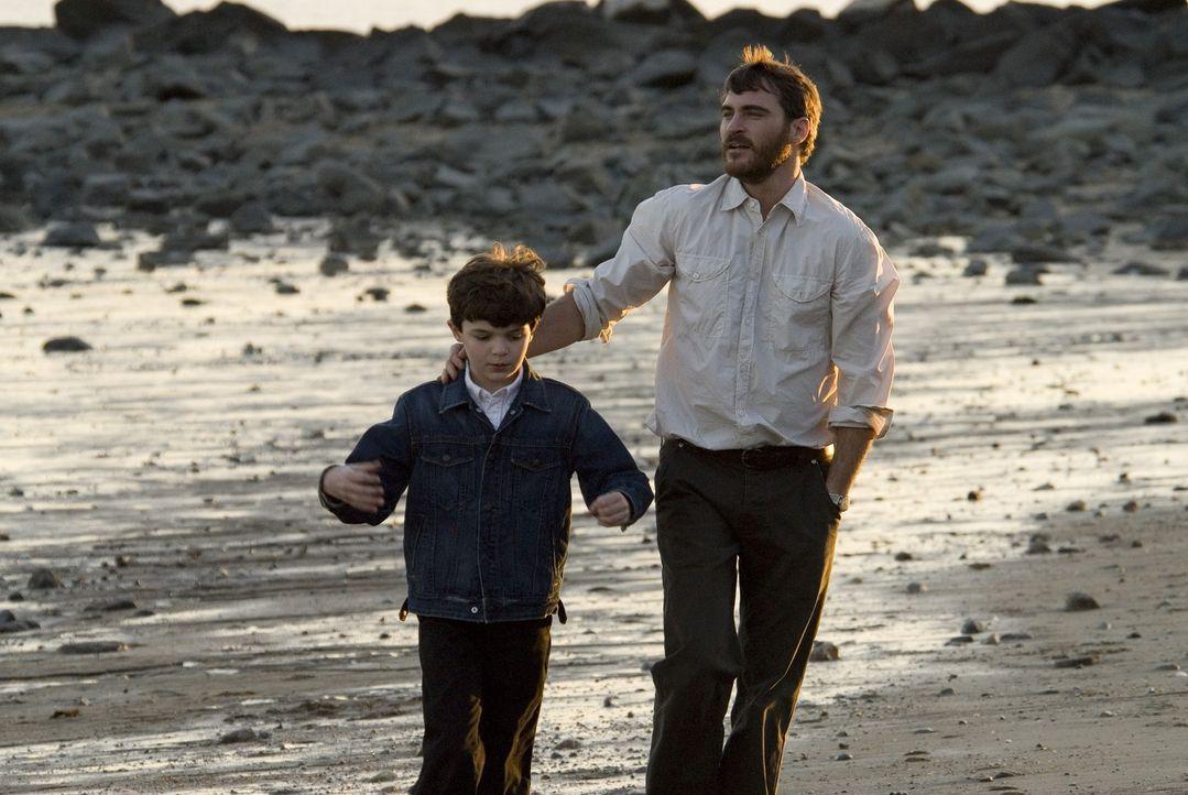 Als ein unkonzentrierter Autofahrer seinen Sohn Josh (Sean Curley, l.) überfährt, beginnt für Ethan (Joaquin Phoenix, r.) ein gnadenloser Rachefe... - Bildquelle: TOBIS Film