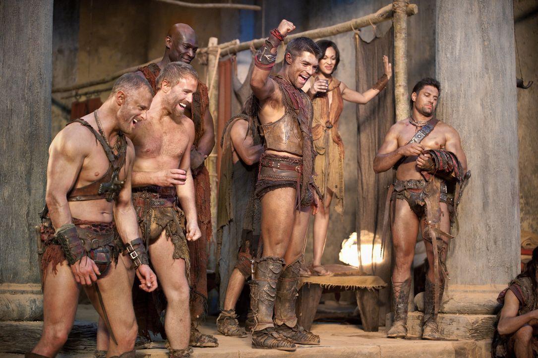 Haben einen Heidenspaß an den Wettkämpfen: (v.r.n.l.) Crixus (Manu Bennett), Mira (Katrina Law), Spartacus (Liam McIntyre) und Drago (Peter Mensah... - Bildquelle: 2011 Starz Entertainment, LLC. All rights reserved.