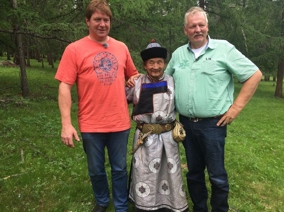 Tamme Hanken (r.) und sein bester Freund, der Schweinebauer Peter (l.), reisen in eines der aufregendsten Länder der Welt: in die sagenumwobene Mong... - Bildquelle: kabel eins