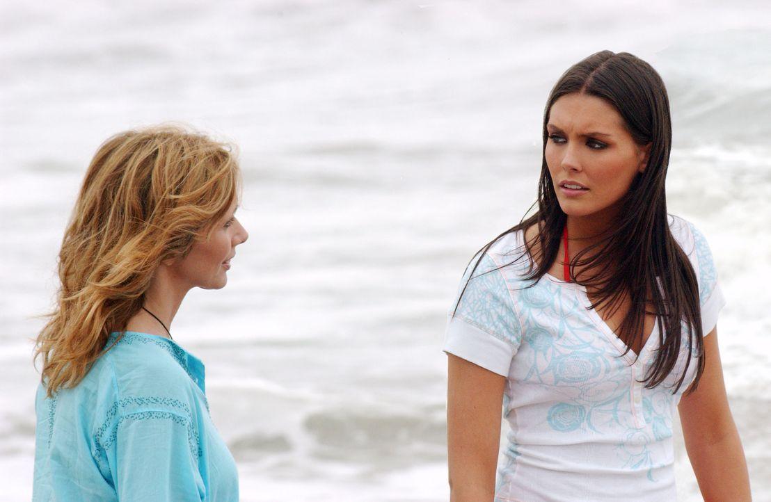 Für Erika (Taylor Cole, l.) gibt es ein Wiedersehen mit ihrer Mutter (Rosanna Arquette, r.) ... - Bildquelle: CBS Television