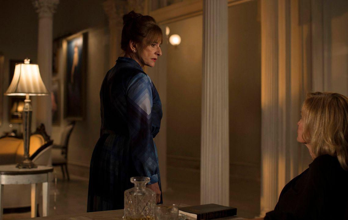 Joan Ramseys (Patti LuPone, l.) Besuch bei Fiona (Jessica Lange, r.) bringt diese auf eine gefährliche Fährte ... - Bildquelle: 2013-2014 Fox and its related entities. All rights reserved.