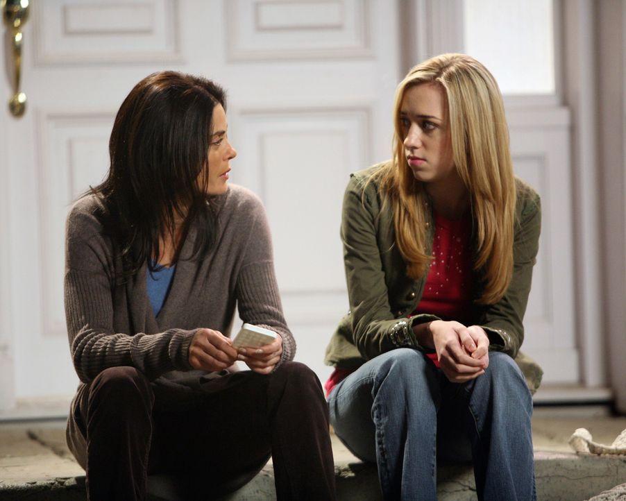 Susan (Teri Hatcher, l.) ahnt nicht, dass Julie (Andrea Bowen, r.) lügt ... - Bildquelle: 2005 Touchstone Television  All Rights Reserved