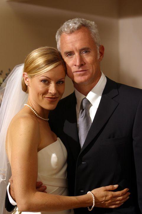 Ed ist sehr bedrückt, da Carols (Julie Bowen, l.) Hochzeit mit Dennis (John Slattery, r.) vor der Tür steht ... - Bildquelle: Paramount