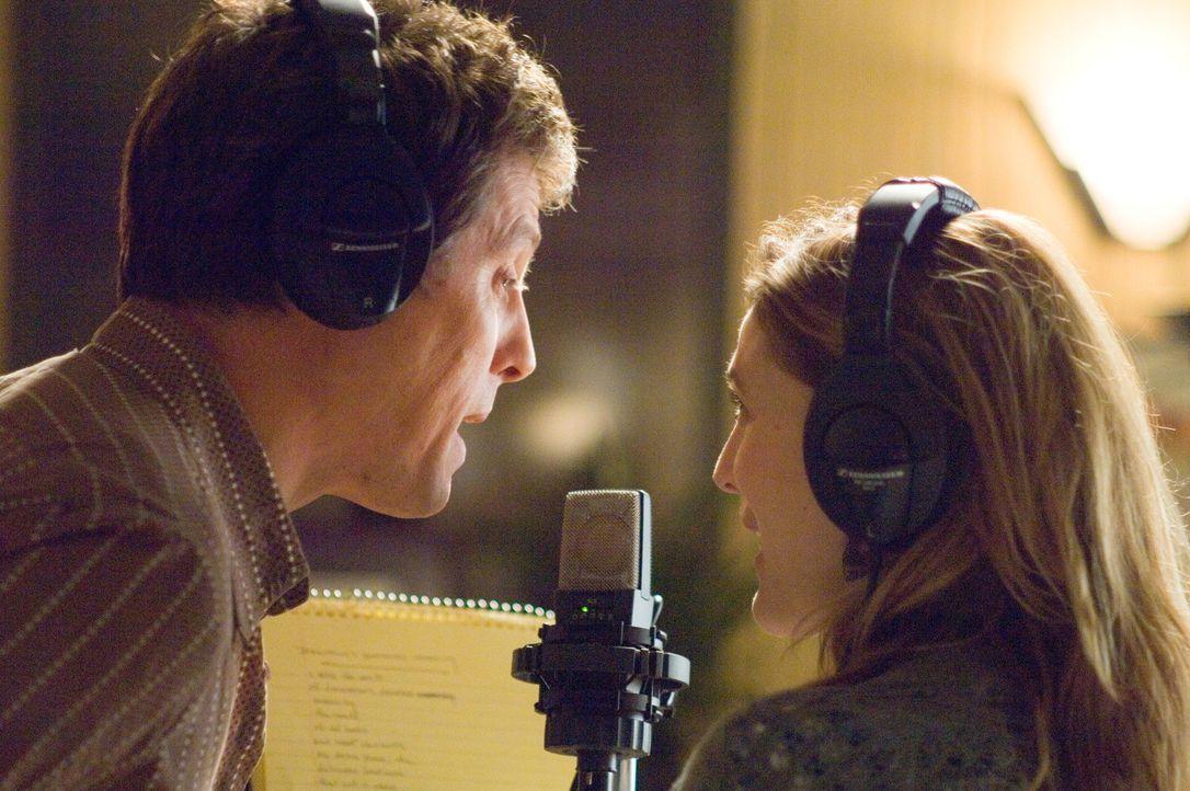 Als er hört, dass er einen Song für Popsternchen Cora Corman schreiben soll, ist er hoch erfreut. Als Alex (Hugh Grant, l.) allerdings erfährt, d... - Bildquelle: Warner Bros.