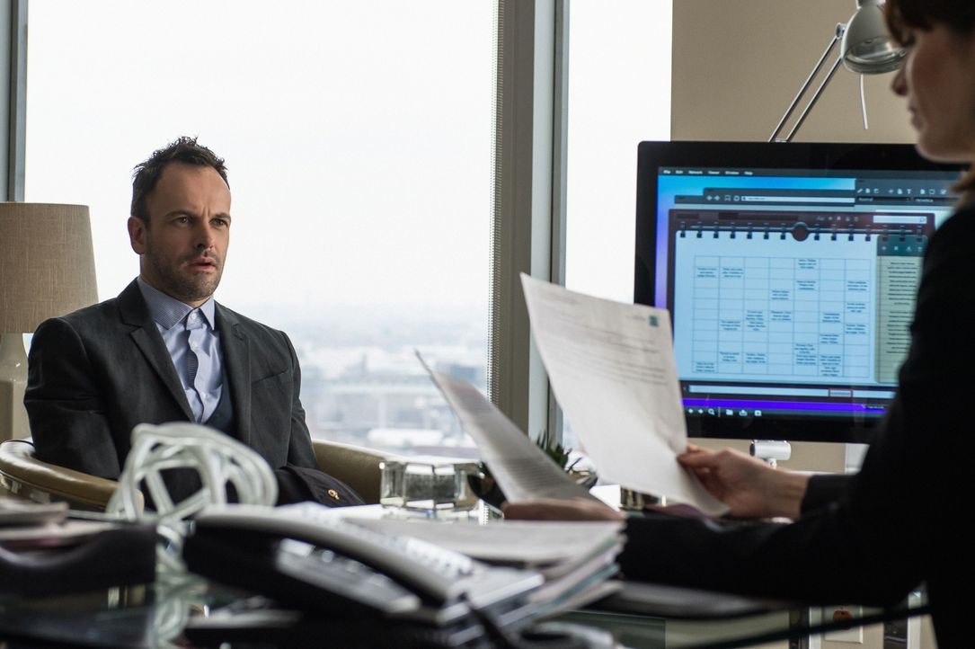 Sherlock Holmes (Jonny Lee Miller) kommt der Lösung des Mordfalls Barry Granger näher, als er erfährt, dass der getötete Krebsforscher an einer geni... - Bildquelle: Jeff Neumann CBS Television