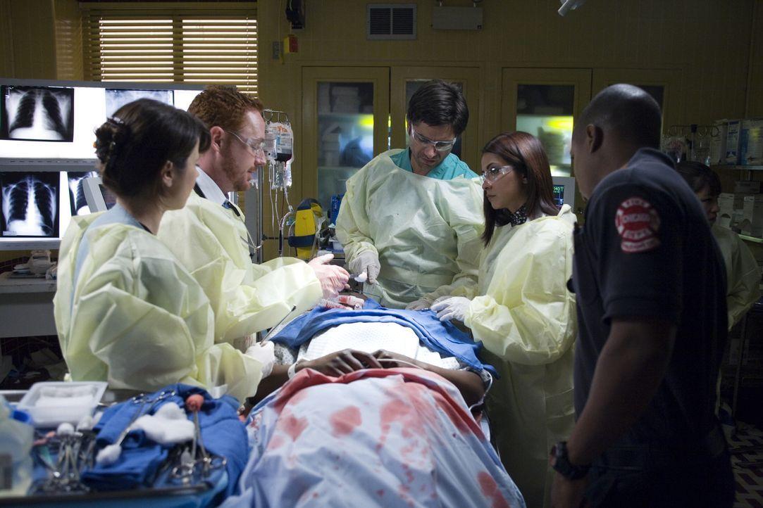 Nach der Explosion des Krankenwagens wird Dr. Gregory Pratt (Mekhi Phifer, liegend) sofort von seinen Kollegen (v.l.n.r.) Samantha Taggart (Linda Ca... - Bildquelle: Warner Bros. Television