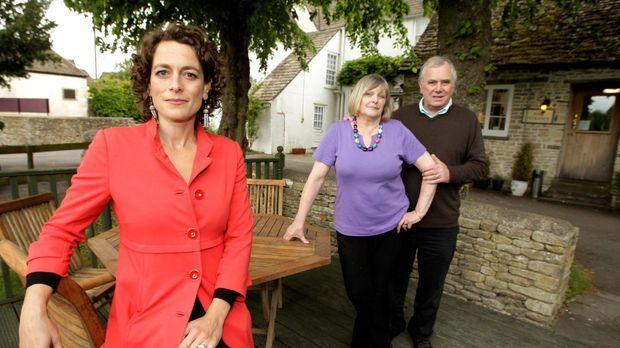 Alex Polizzi (l.) stattet heute Don (r.) und Eileen Falconer (M.) einen Besuc...