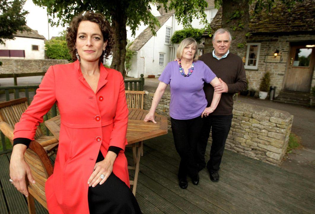 Alex Polizzi (l.) stattet heute Don (r.) und Eileen Falconer (M.) einen Besuch ab. Werden sie die Tipps der Expertin annehmen? - Bildquelle: SWNS Group
