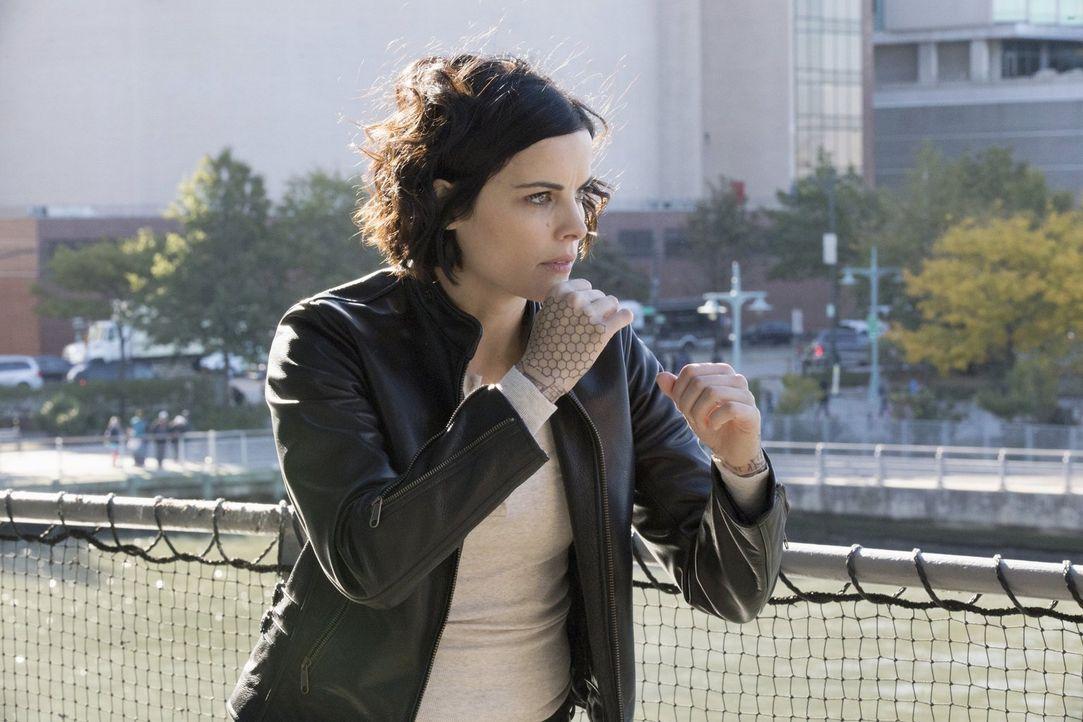 Jane (Jaimie Alexander) fühlt sich mitschuldig am Tod Davids. Deshalb versucht sie alles, um die Mörderin schnellstmöglich zu fassen. Doch diese ist... - Bildquelle: Warner Brothers