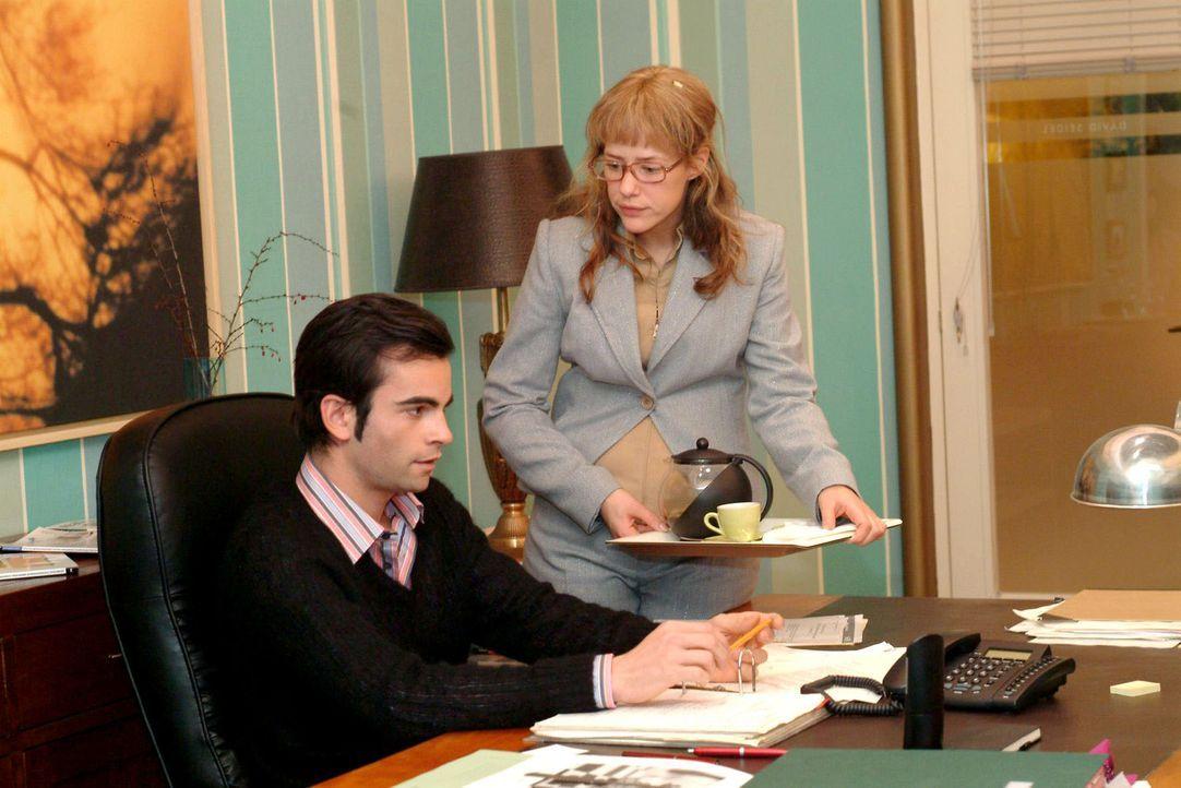 Lisa (Alexandra Neldel, r.) bemüht sich sehr, an ihrem ersten Arbeitstag als Davids (Mathis Künzler, l.) neue Assistentin alles richtig zu machen.... - Bildquelle: Sat.1