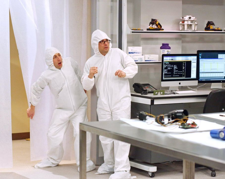 Während Amy ein Weihnachtsessen vorbeireitet, werden Howard (Simon Helberg, l.) und Leonard (Leonard (Johnny Galecki, r.) in einem sterilen Labor mi... - Bildquelle: Warner Bros. Television