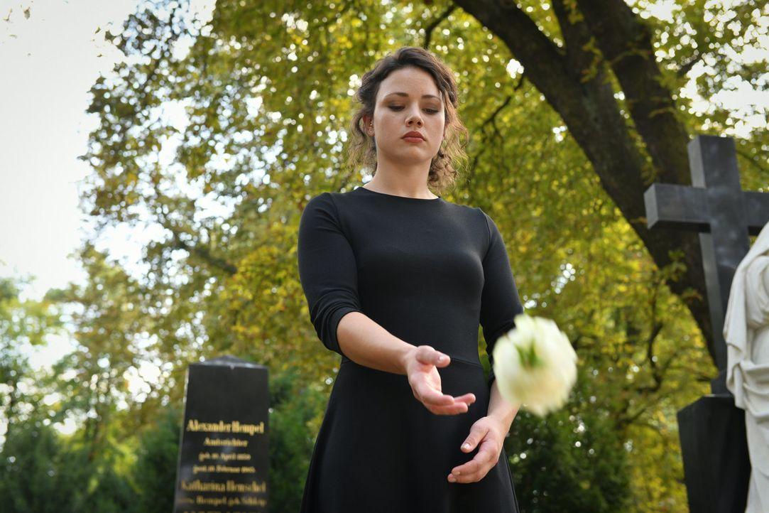 Ohne ihn je gekannt zu haben, nutzt Jenni (Anna Mennicken) bei der Beerdigung die Chance, sich von ihrem leiblichen Vater zu verabschieden ... - Bildquelle: Claudius Pflug SAT.1/Claudius Pflug