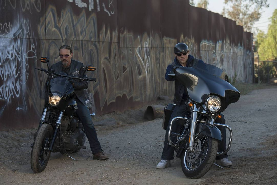 Jax (Charlie Hunnam, r.) muss mit den dramatischen Ereignissen zwischen Tara und Gemma klarkommen und gleichzeitig die Probleme des Clubs lösen - Ch... - Bildquelle: 2013 Twentieth Century Fox Film Corporation and Bluebush Productions, LLC. All rights reserved.