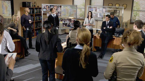Criminal Minds - Ein neuer Fall beschäftigt Derek (Shemar Moore, hinten 2.v.l...