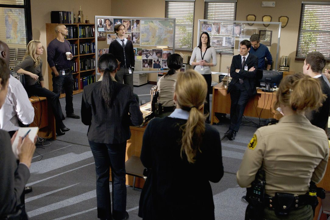 Ein neuer Fall beschäftigt Derek (Shemar Moore, hinten 2.v.l.), Prentiss (Paget Brewster, hinten 3.v.r.), JJ (AJ Cook, hinten l.), Reid (Matthew Gr... - Bildquelle: ABC Studios