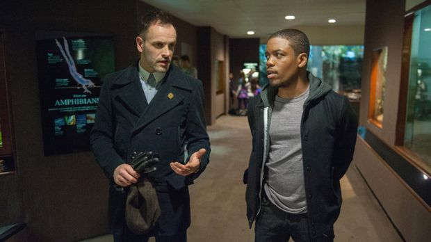 Während Watson anderweitig beschäftigt ist, muss Holmes (Jonny Lee Miller, l....