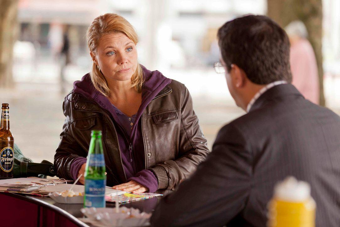 Während Steuerprüfer Herr Schüttke (Batsian Pastewka, r.) Dannis (Annette Frier, l.) Geschäftsunterlagen prüft, versucht sie, ihrem neuen Klienten E... - Bildquelle: Frank Dicks SAT.1