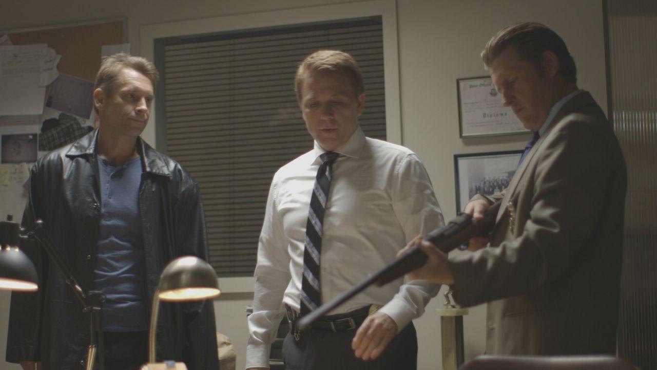 Duke Hardy (l.) zeigt den Ermittlern sein Gewähr: Ist dies die Waffe, mit der Geschäftsmann Howard Witkin getötetet wurde? Oder verdächtigt die Poli... - Bildquelle: LMNO Cable Group