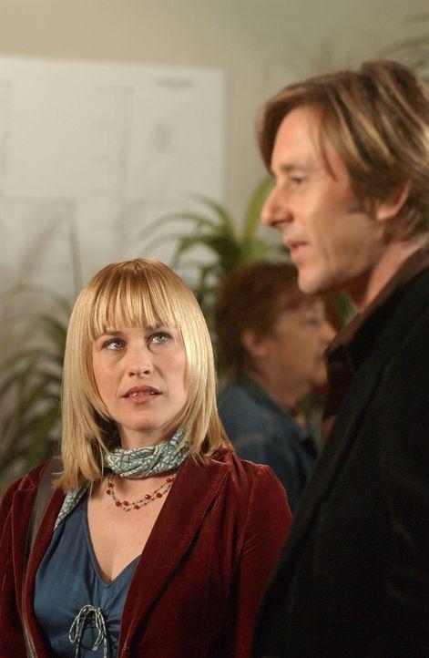Beim abendlichen Kinobesuch treffen Allison (Patricia Arquette, l.) und Joe (Jake Weber, r.) eine ehemaligen Studienkollegin von ihm – Allison merkt... - Bildquelle: Paramount Network Television