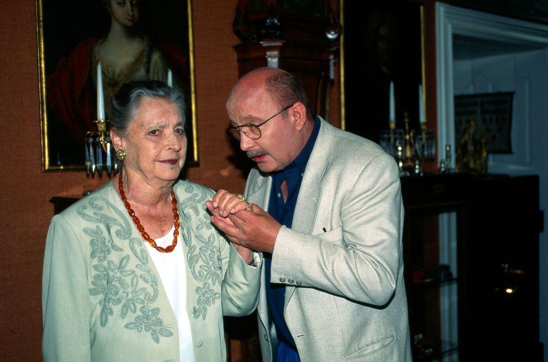 Marthe Posche (Maria Singer, l.), Besitzerin eines Antiquitätengeschäfts, vertraut dem alten Familienfreund, Anwalt Rennmann (Wolf-Dietrich Berg, r.... - Bildquelle: Magdalena Mate Sat.1